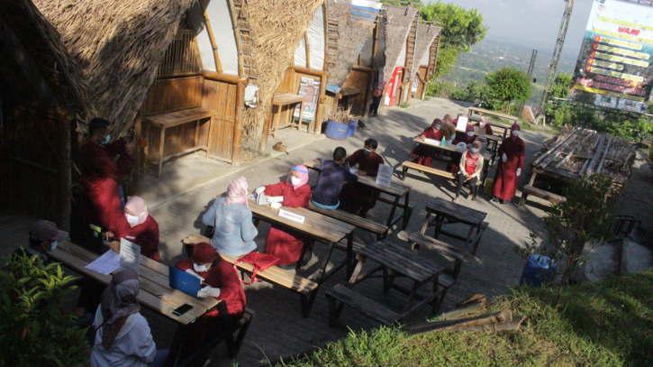 Warga dan pelaku wisata di Puncak Sosok saat menjalani vaksinasi yang digelar di objek wisata tersebut, Kamis (15/7/2021). (Istimewa/Dokumen Puskesmas Pleret)