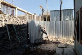 Septic Tank Toilet Pekerja Proyek Pasar Legi Solo Meluber Ke Jalan Kampung, Baunya Ganggu Warga