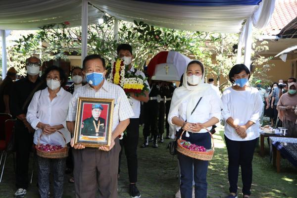 Prosesi pemakaman Soegeng Boedhiarto, pejuang kemerdekaan RI, sekaligus ayahanda Bupati Banjarnegara Budhi Sarwono, Sabtu (17/7/2021). (Istimewa)