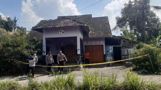 Inafis Polda DIY melakuka olah TKP pembunuhan di padukuhan Kedulan, Tirtomartani, Kalasan, Kamis (29/7). (harianjogja.com/Lugas Subarkah)