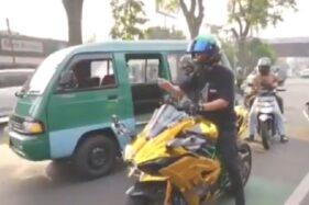 Ini Baru Sultan! Pemotor Bagi-bagi Uang di Jalanan, Katanya Bantuan PPKM