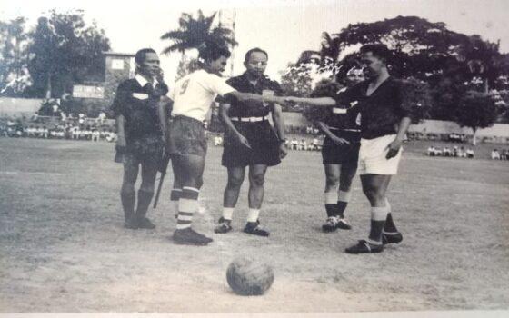 Penggawa Persis Solo (kedua dari kiri) bersalaman dengan lawan jelang laga di Stadion Sriwedari Solo beberapa dekade lalu. Sejak berdiri pada 1923, klub yang dahulu bernama Vorstenlandshe Voetbal Bond (VVB) itu dikenal memiliki kepekaan sosial tinggi. (Istimewa/Solo Societeit)