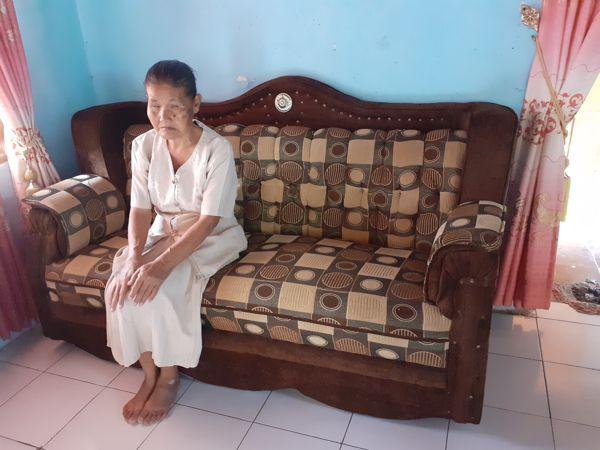 Mbah Rebi duduk di sofa di rumahnya di Dusun Karangatengah, Desa Jaten, Kecamatan Selogiri, Wonogiri, Minggu (25/7/2021). (Solopos/Bony Eko Wicaksono)
