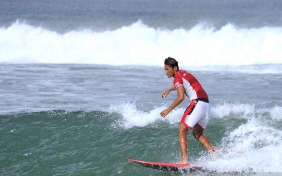 Peselancar Indonesia Rio Waida melakukan latihan di Pantai Legian, Badung, Bali. (ANTARA/Naufal Fikri Yusuf)