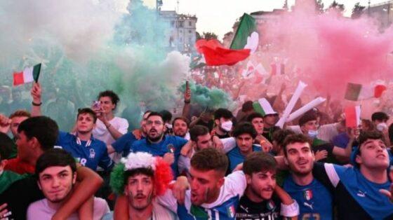Suporter Timnas Italia. (Andreas Solaro/AFP)