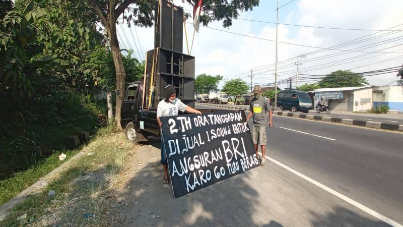 Pelaku usaha sound system di Boyolali menjual perangkat sound system milik mereka di pinggir jalan wilayah Boyolali, Jumat (30/7/2021). (Solopos/Bayu Jatmiko Adi)