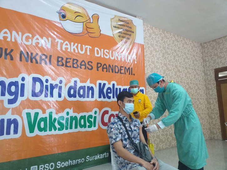 Vaksinasi di Rumah Sakit Ortopedi Prof.DR.R. Soeharso Solo, Sabtu (17/7/2021) siang. (Solopos.com/Ika Yuniati)