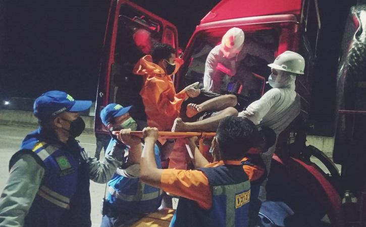 Sejumlah petugas dari PT Jasamarga Solo Ngawi dan Polsek Sambungmacan mengevakuasi korban dari dalam truk dan dibawa ke RSUD Sragen, Minggu (1/8/2021). (Istimewa/Polsek Sambungmacan)