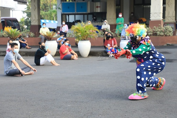 Aksi mahasiswa UIN Walisongo yang menjadi badut untuk menghibur pasien Covid-19 yang tengah menjalani isolasi di Rumah Dinas Wali Kota Semarang, Minggu (1/8/2021). (Semarangpos.com-Humas Pemprov Jateng)