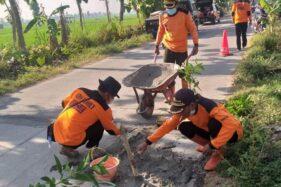 Salut, Sukarelawan ARH Center Rescue Sragen Swadaya Tambal Jalan Berlubang