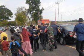 Puluhan Warga Madiun Berebut Kaus Jokowi dari Presiden