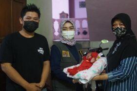 Bayi di Sukoharjo Ditinggal Ibu Meninggal karena Corona Terima Bantuan dari Eva Yuliana
