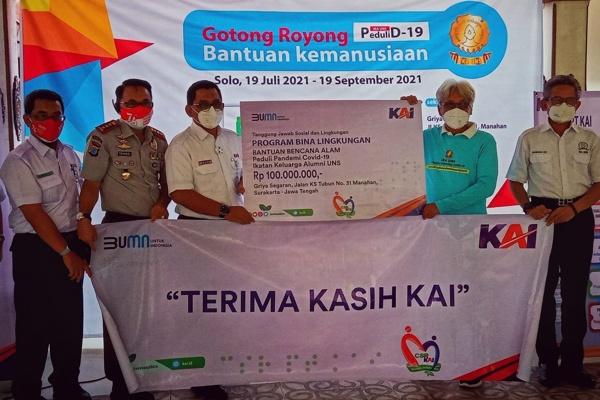 Penyerahan bantuan dana Rp100 juta dari PT KAI di Sekretariat IKA UNS Peduli Pandemi Covid-19 di Griya Segaran, Jalan K. S. Tubun No 31, Manahan, Solo, Jumat (20/8/2021). (Istimewa)