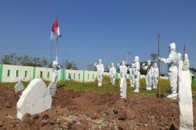 Peringati HUT RI, Sukarelawan Gelar Upacara Bendera di Pemakaman Jenazah Covid-19 Madiun