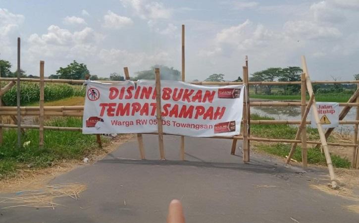 Jalan penghubung antara Kecamatan Gantiwarno dengan Kecamatan Wedi, Klaten, ditutup warga. (detik.com)