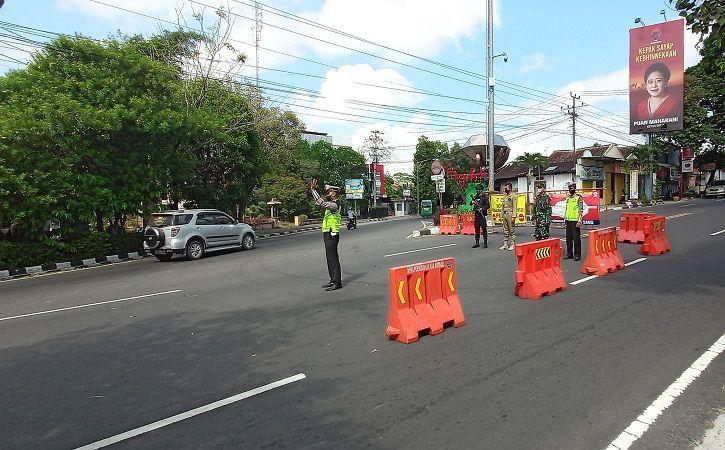 Sejumlah petugas menjaga lokasi penyekatan di persimpangan tugu berlian, Boyolali, Selasa (3/8/2021). (Solopos/Bayu Jatmiko Adi)