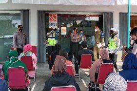 Polisi Kenalkan Aplikasi PeduliLindungi Kepada Pedagang di Pasar Kota Boyolali