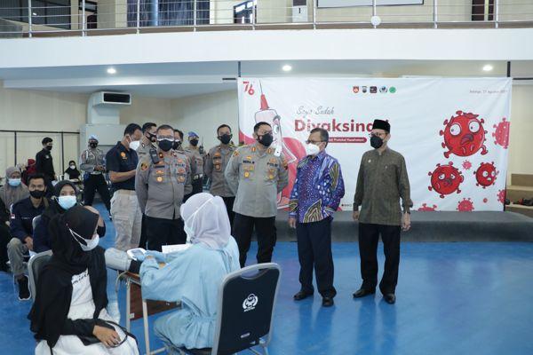 Kepala Polres Salatiga AKBP Indra Mardiana  saat meninjau vaksinasi mahasiswa di IAIN Salatiga, JUmat (27/8/2021). (Istimewa)
