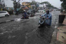 FOTO : Hujan Deras, Sejumlah Kendaraan Mogok di Depok