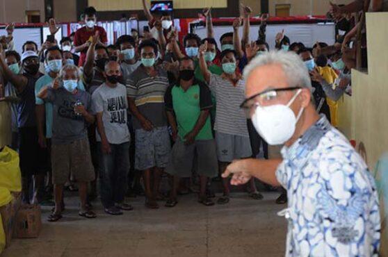 FOTO : Ganjar Pranowo Kunjungi Pasien Isolasi di GOR Klaten