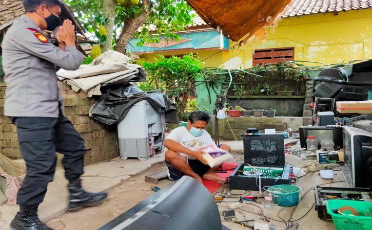 Polisi menyerahkan bantuan beras ke warga di Klaten, Rabu (18/8/2021). (Istimewa-dok Polres Klaten)