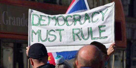 """Ilustrasi kemunduran demokrasi (theconversation.com)"""