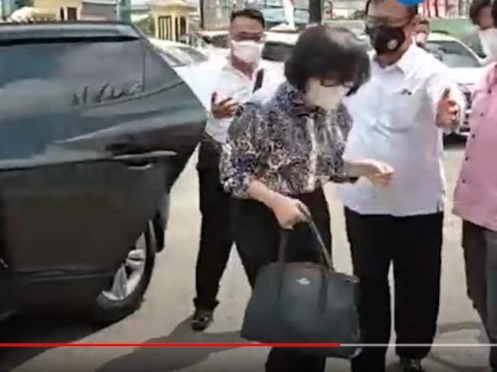 Putri bungsi Akidi Tio, Heriyanti, dijemput petugas Polda Sumsel, Senin (2/8/2021). (youtube)