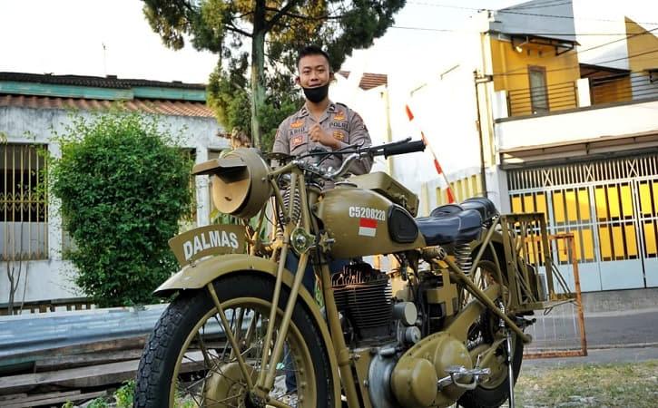 Ajudan Kapolresta Solo, Muhammad Faris Abid, saat bertugas mengenderai sepeda motor antik beberapa waktu lalu. (Istimewa)