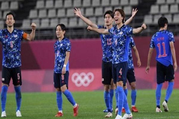 Para pemain Jepang melakukan selebrasi setelah memenangkan pertandingan sepak bola perempat final putra Olimpiade Tokyo 2020 menghadapi Selandia Baru di Stadion Ibaraki Kashima di kota Kashima, prefektur Ibaraki pada 31 Juli 2021. Yuri CORTEZ / AFP