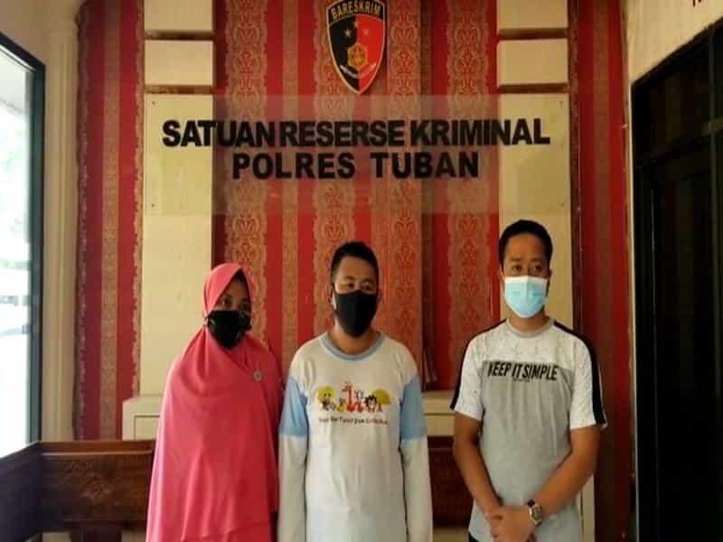 RS (tengah) yang menjual kaus 'Jokowi 404: Not Found' meminta maaf (Foto: Tangkapan layar)
