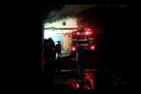 7 Jam, Damkar Masih Berjibaku Padamkan Kebakaran Pabrik Jamu Telukan Sukoharjo