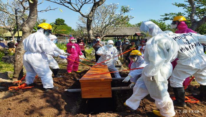 Sukarelawan Muhammadiyah Covid-19 Comand Center (MCCC) Kota Solo memakamkan jenazah dengan prokes Covid-19 di Kota Solo, Selasa (20/7/2021). (Istimewa/MCCC Kota Solo)