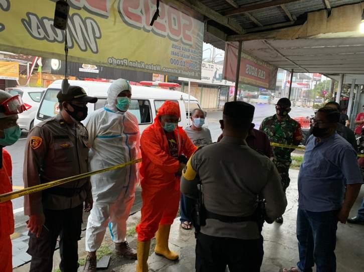 Polisi dan anggota PMI Kabupaten Kulonprogo menggunakan baju hazmat hendak mengevakuasi Suntoro yang meninggal dunia di rumahnya di wilayah Pedukuhan Wonosidi Kidul, Kelurahan Wates, Kecamatan Wates, Kulonprogo, pada Minggu (1/7/2021). (Istimewa/Polres Kulonprogo)