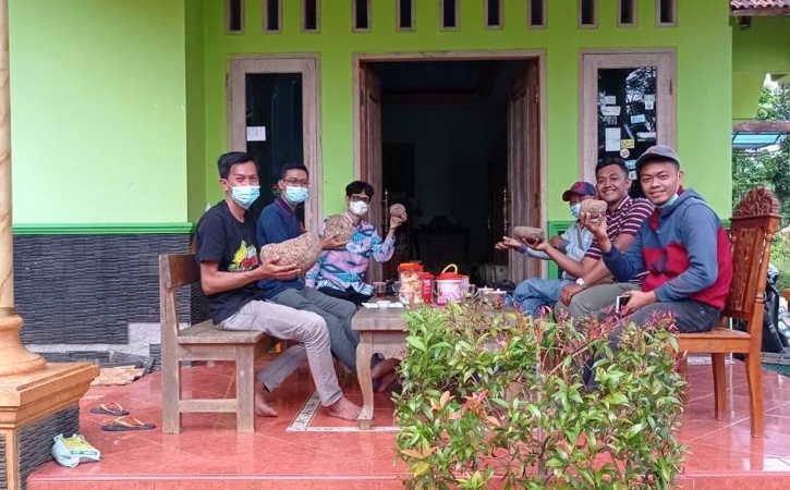 Para pemuda saat belajar budidaya porang di rumah Dewan Penasihat Petani Penggiat Porang Nusantara (P3N) Cabang Wonogiri, Teguh Subroto, Desa Jatisari, Kecamatan Jatisrono, Wonogiri. (Istimewa)