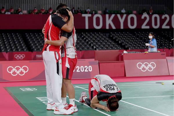 Pebulutangkis ganda Putri Indonesia Greysia Pollii/Apriyani Rahayu melakukan selebrasi dengah pelatih mereka Eng Hian setelah mengalahkan lawannya ganda putri China Chen Qing Chen/Jia Yi Fan dalam final Olimpiade Tokyo 2020 di Musashino Forest Sport Plaza, Tokyo, Jepang, Senin (2/8/2021). Greysia Pollii/Apriyani Rahayu berhasil meraih medal emasi setelah mengalahkan  Chen/Jia Yi Fan  dua set langsung. 21-19 dan 21-15. ANTARA FOTO/Sigid Kurniawan/hp.