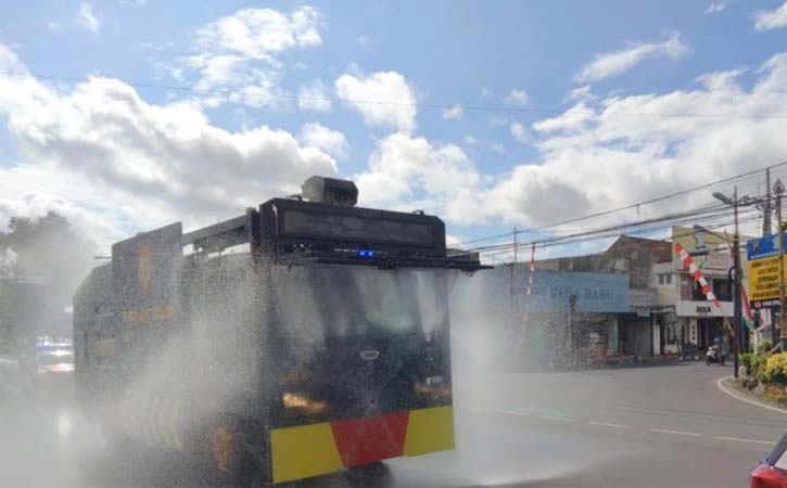 Polisi menyemprotkan cairan disinfektan di kawasan perkotaan di Klaten, Selasa (3/8/2021). (Istimewa-dok Polres Klaten)