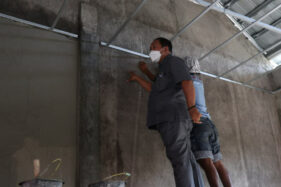 Sidak Proyek Sekolah, Anggota DPRD Solo sampai Naik Bangku untuk Cek Plafon Atap
