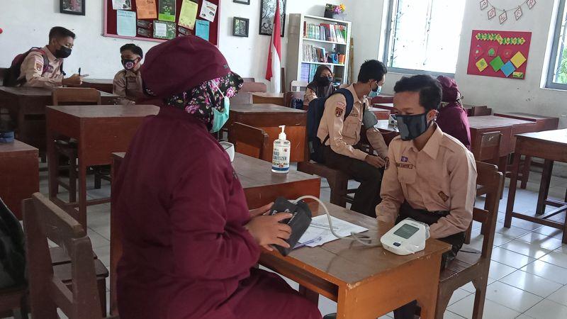 Siswa SMP Negeri 1 Boyolali menjalani pemeriksaan kesehatan sebelum disuntik vaksin Covid-19, belum lama ini. (Solopos/Bayu Jatmiko Adi)