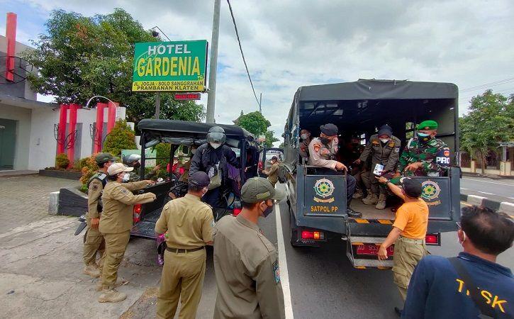 Petugas mendatangi salah satu hotel di Klaten saat digelar operasi tim gabungan ke sejumlah hotel dan persimpangan jalan nasional di wilayah Jogonalan dan Prambanan, Minggu (5/9/2021). (Istimewa)