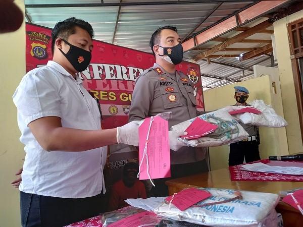 Kapolres Gunungkidul, AKBP Aditya Galayudha Ferdiansyah (kanan) menunjukan barang bukti yang digunakan pelaku pencurian, di Polres Gunungkidul, Kamis (9/9/2021). (Harian Jogja/Herlambang Jati Kusumo)