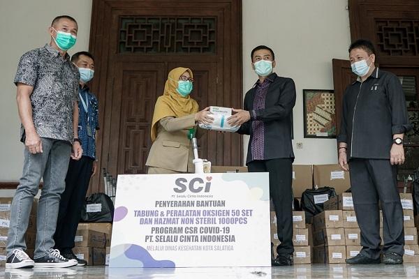 Wali Kota Salatiga, Yuliyanto, menyerahkan bantuan dari PT SCI kepada Kepala Dinas Kesehatan Kota (DKK) Salatiga, Siti Zuraidah, di rumah dinasnya, Senin (13/9/2021). (Semarangpos.com-Humas Pemkot Salatiga)
