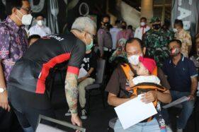 Pedagang Mi dan Bakso di Semarang Terima Suntikan Vaksin Covid-19