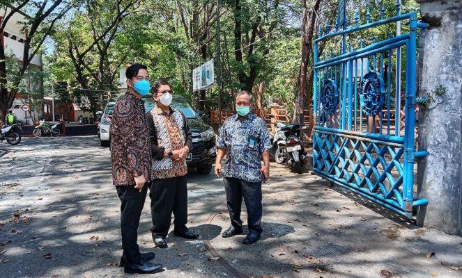 Wali Kota Solo Gibran Rakabuming Raka berbincang dengan Rektor UNS Solo, Jamal Wiwoho di pintu gerbang UNS yang berdekatan dengan Solo Techno Park (STP), Rabu (8/9/2021). (Solopos.com/Akhmad Ludiyanto)