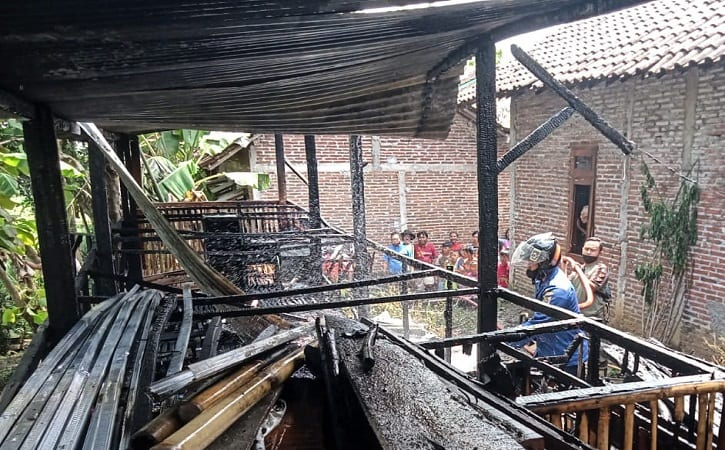 Petugas Pemadam Kebakaran Satpol PP Sragen berusaha memadamkan api yang melalap kandang kambing di Dukuh Jatirejo, Blimbing, Sambirejo, Sragen, Minggu (26/9/2021). (Istimewa.Satpol PP Sragen)