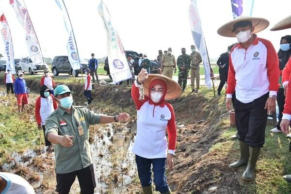 Bupati Grobogan Sri Sumarni mengangkat tikus hasil gropyokan di Kecamatan Purwodadi, disaksikan Wakil Bupati Bambang Pujiyanto, Senin (27/9/2021). (Istimewa-Pemkab Grobogan)