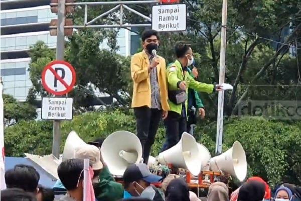 Aksi mahasiswa yang tergabung dalam BEM SI melakukan aksi di dekat Gedung KPK, Senin (27/9/2021). Mereka menyampaikan lima tuntutan terkait kondisi KPK. (Detik.com)