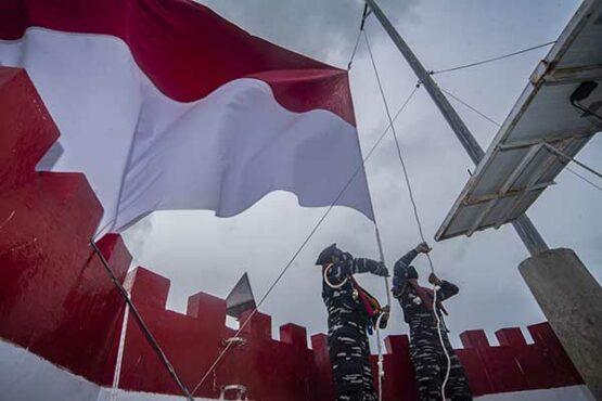 Taruna AAL Kibarkan Bendera Merah Putih di Mercusuar Ambalat