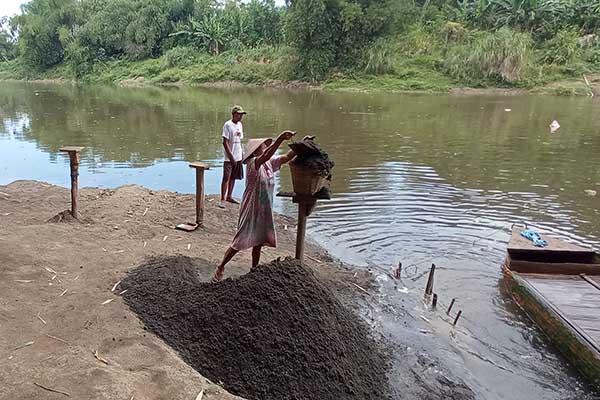 Sejumlah warga menambang pasir di dasar Sungai Bengawan Solo di Desa Kedungupit, Sragen, Rabu (22/9/2021). (Solopos/Moh. Khodiq Duhri)