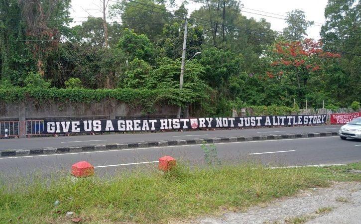 Komunitas FM.1923 memasang banner dukungan Persis Solo menyambut laga perdana Liga 2 di Jl. Ahmad Yani, Banjarsari, Solo, pada Minggu (26/9/2021). (Istimewa/FM.1923)
