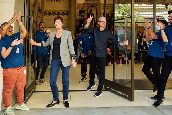 CEO Apple Tim Cook saat pembukaan Apple Tower Theatre di LA. (Foto: Twitter)